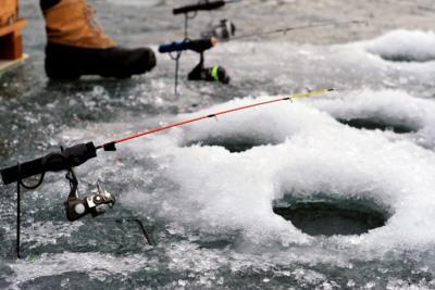 Как изготовить прикормку для зимней рыбалки и выбрать покупной товар? Правила улова